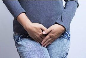Дисбактериоз может проявляться дискомфортом в паху или протекать бессимптомно