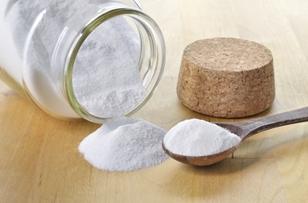 Сода помогает размягчить ороговевшую кожу на стопах